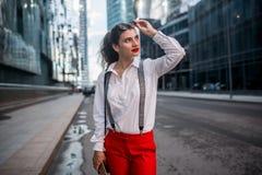Современная бизнес-леди на улице стоковое изображение rf