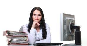 Современная бизнес-леди сидя на столе офиса стоковое изображение rf
