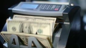 Современная валюта подсчитывая машину подсчитывая долларовые банкноты Вычисление бумажных денег сток-видео