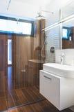 Современная ванная комната интерьера дома Стоковые Изображения