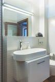 Современная ванная комната интерьера дома Стоковое Изображение RF