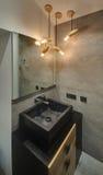 Современная ванная комната с накаляя лампами Стоковые Фотографии RF