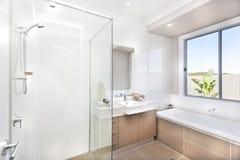 Современная ванная комната с ушатом faucet и воды Стоковые Изображения RF