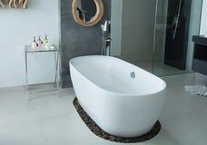 Современная ванна интерьера ванной комнаты Стоковое Изображение RF