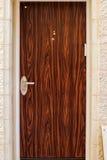 Современная дверь коричневого цвета металла с деревянным красивая винтажная предпосылка Стоковые Изображения RF