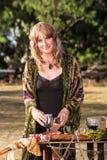Современная ведьма с кубками Стоковая Фотография
