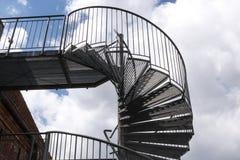 Современная винтовая лестница от металла на старом здании против a стоковая фотография rf
