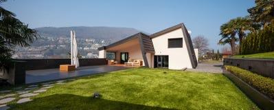 Современная вилла, взгляд с садом Стоковые Фото
