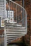 Современная внешняя винтовая лестница металла в задворк на Стоковая Фотография RF
