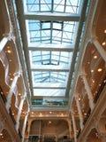 Современная внутренняя архитектура со светом на стороне стоковые фотографии rf