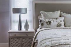 Современная внутренняя белая спальня Стоковая Фотография
