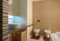 Современная внутренняя ванная комната стоковые фотографии rf