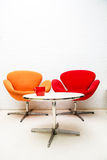 Современная внутренняя таблица с кофейной чашкой и 2 стульями Стоковая Фотография RF