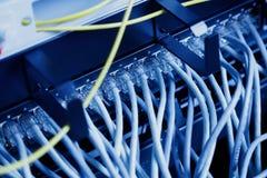 Современная высокотехнологичная комната центра данных интернета с панелью, переключателем и кабелем сети Стоковое Изображение RF
