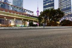 Современная городская коммерчески дорога здания и асфальта Стоковые Фотографии RF