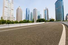 Современная городская коммерчески дорога здания и асфальта Стоковые Фото