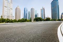 Современная городская коммерчески дорога здания и асфальта Стоковое фото RF