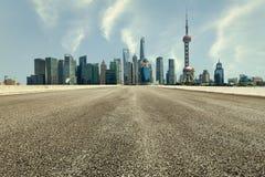 Современная городская коммерчески дорога здания и асфальта Стоковое Изображение RF