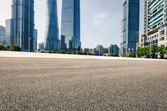 Современная городская коммерчески дорога здания и асфальта Стоковое Фото