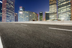 Современная городская коммерчески дорога здания и асфальта Стоковые Изображения RF