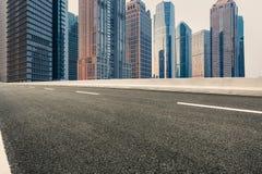 Современная городская коммерчески дорога здания и асфальта Стоковая Фотография