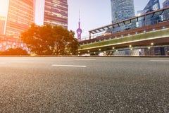 Современная городская коммерчески дорога здания и асфальта Стоковая Фотография RF