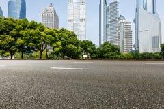 Современная городская коммерчески дорога здания и асфальта Стоковые Изображения