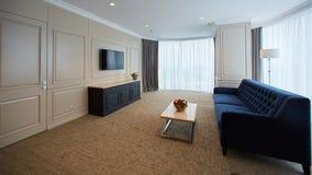 Современная гостиная внутри новой квартиры с ТВ стоковое изображение