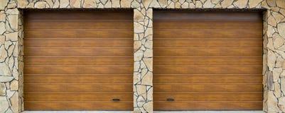 Современная дверь гаража Большое автоматическое поднимающее вверх и над дверью гаража с включением более малой личной двери стоковое изображение