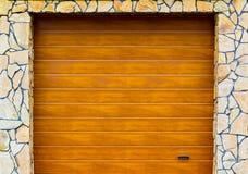 Современная дверь гаража Большое автоматическое поднимающее вверх и над дверью гаража с включением более малой личной двери Стоковое Изображение RF