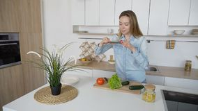 Современная девушка делает фото овощей на умном телефоне для social Стоковые Изображения