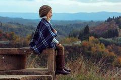 Современная девушка смотря в расстояние пока сидящ стоковые фотографии rf