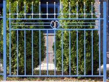 Современная декоративная голубая загородка стоковое фото rf