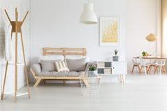 Современная деревянная софа Стоковые Изображения