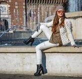 Современная женщина в милане, Италии сидя около фонтана Стоковая Фотография