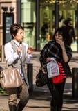 Современная женщина на улице токио стоковые фотографии rf