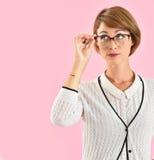 Современная женщина нося новые eyeglasses Стоковые Изображения RF