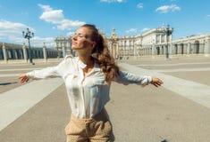 Современная женщина около королевского дворца в ликование Мадриде, Испании стоковые изображения rf