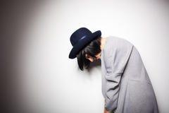 Современная женщина с черной шляпой на сером цвете Стоковые Фотографии RF