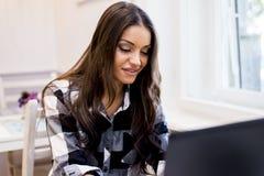 Современная женщина websurfing в кафе Стоковое Изображение