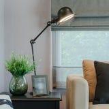 Современная живущая комната при включении черная лампа сторона таблицы стоковое фото rf