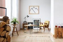 Современная живущая комната с креслом стоковое изображение rf
