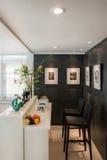 Современная живущая комната с стилем бара Стоковое Изображение RF