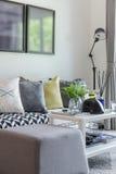 Современная живущая комната с строкой подушки на софе дома Стоковые Фотографии RF