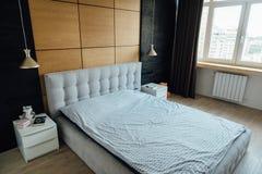 Современная жить-комната в apartament с мебелью Никто внутрь стоковое фото