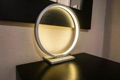 Современная зарева круглая и роскошная лампа в спальне гостиницы Стоковое Фото