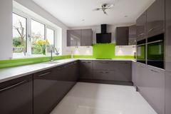 Современная зеленая и серая кухня стоковое фото