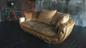 Современная золотая кожаная софа в просторной квартире видеоматериал