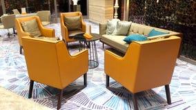 Современная и элегантная мебель в лобби гостиницы Стоковая Фотография RF