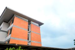 Современная картина высоких здания подъема и предпосылки неба Стоковые Изображения RF